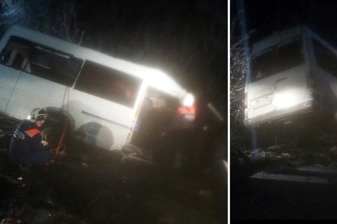 Спасатели на месте столкновения грузового автомобиля и пассажирского микроавтобуса в Килемарском районе республики Марий Эл, 16 ноября 2017 года, коллаж