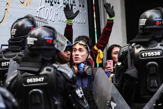 Столкновения протестующих с полицией во время митинга в Боготе, октябрь 2019 года