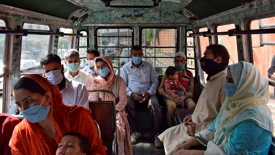 Жители Сринагара в городском автобусе, сентябрь 2020 года