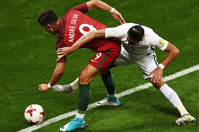 Андре Силва и Маурисио Исла во время матча 1/2 финала Кубка конфедераций – 2017 по футболу между сборными Португалии и Чили