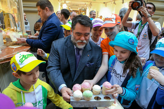 Владелец Bosco Михаил Куснирович угощает детей мороженым