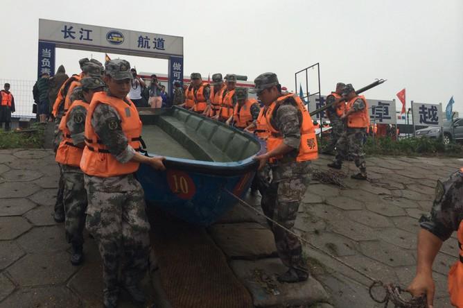 Поисково-спасательные работы на реке Янцзы в Китае