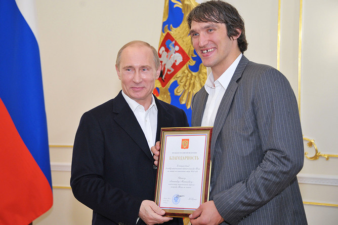 Владимир Путин и Александр Овечки в Ново-Огарево на встрече президента РФ с российской хоккейной сборной, 2012 год