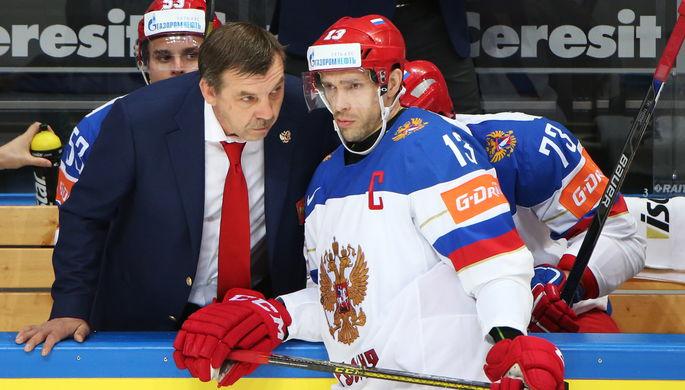 Павел Дацюк выслушивает указания Олега Знарка во время матча с Казахстаном