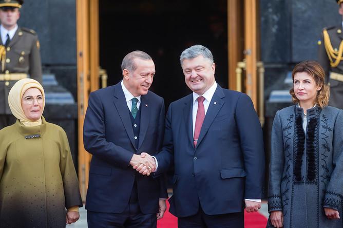 Президент Украины Петр Порошенко с супругой Мариной и президент Турции Реджеп Тайип Эрдоган с супругой Эмине во время встречи в Киеве, 7 октября 2017 года