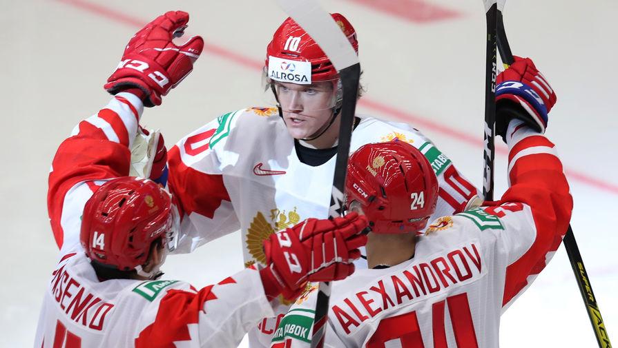 Игроки сборной России радуются заброшенной шайбе в матче 1/4 финала молодежного чемпионата мира по хоккею между сборными командами Швейцарии и России, 2 января 2020 года