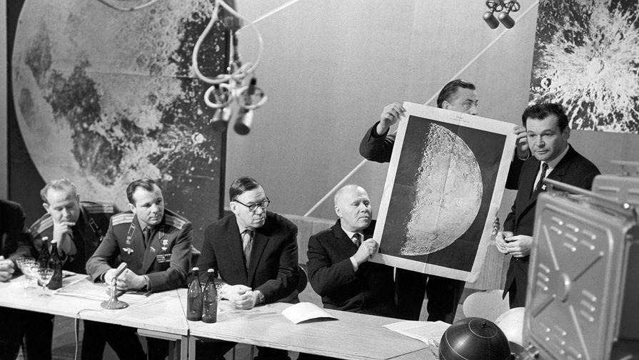 Летчики-космонавты СССР Алексей Леонов и Юрий Гагарин (на фото слева) на пресс-конференции, посвященной осуществлению мягкой посадки на Луну советской автоматической станции «Луна-9», 14 февраля 1966 года