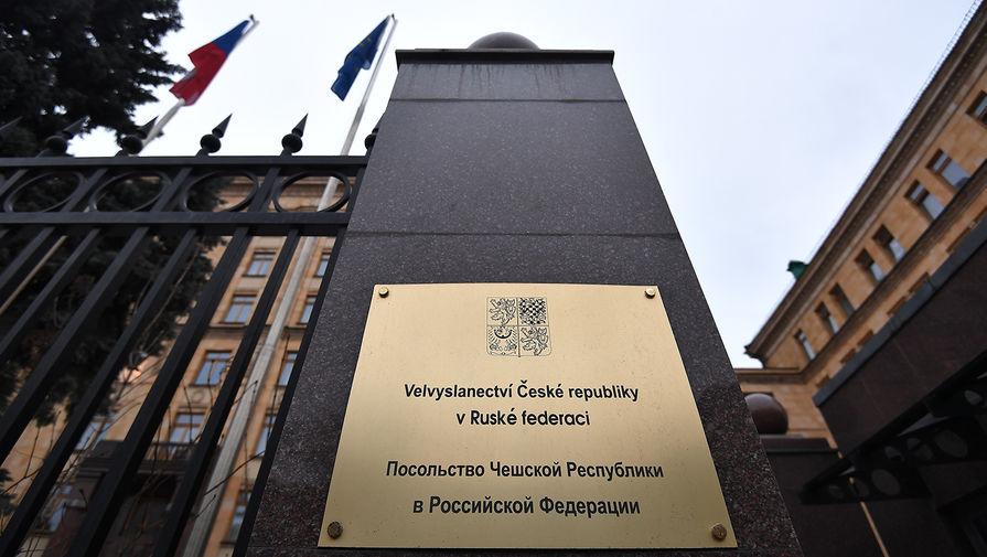 Вывеска у входа в здание посольства Чехии в Москве