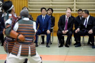 Владимир Путин и премьер-министр Японии Синдзо Абэ наблюдают за показательным выступлением дзюдоистов в институте дзюдо «Кодокан» в Токио