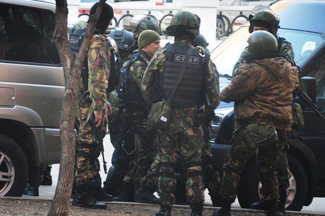 Бойцы СОБРа около здания приемной УФСБ России по Хабаровскому краю после вооруженного нападения, 21 апреля 2017 года
