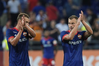 Защитники ЦСКА Василий и Алексей Березуцкие аплодируют своим фанатам после победы над греческим АЕК, которая позволила армейцам пройти в раунд плей-офф Лиги чемпионов