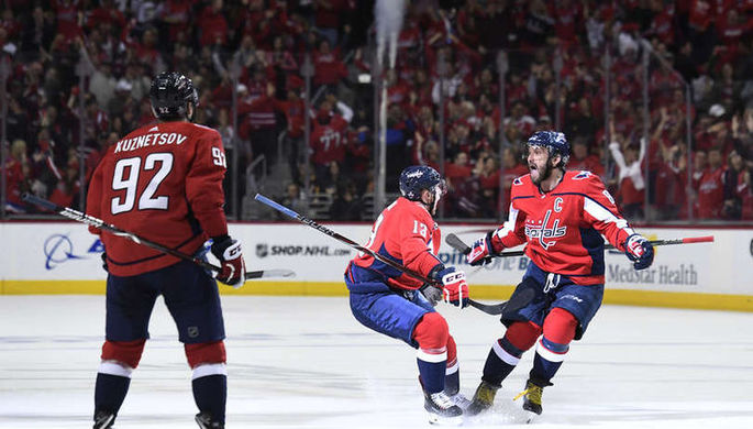 Хоккеисты «Вашингтона» празднуют один из голов в ворота «Питтсбурга»