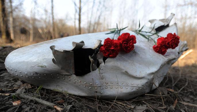 Цветы на месте крушения самолета Ту-154, апрель 2010 года