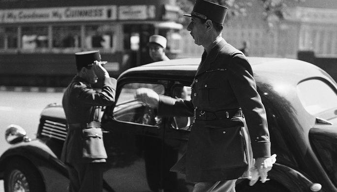 Французский генерал Шарль де Голль около своей штаб-квартиры в Лондоне, июнь 1940 года