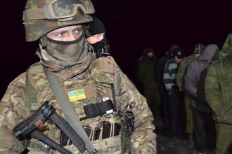 Военнослужащий украинской армии во время процедуры обмена украинских военнослужащих, военных ДНР и бойцов ЛНР