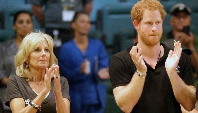 Джилл Байден и принц Гарри аплодируют спортсменам после финального матча по баскетболу на колясках во Флориде, 2016 год