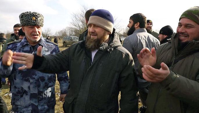 Глава Чечни Рамзан Кадыров (в центре) на месте уничтожения в ходе спецоперации шестерых боевиков из банды Аслана Бютукаева, включая ее лидера, на окраине селения Катар-Юрт, 20 января 2021 года