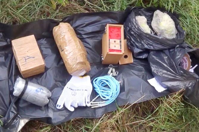 Упаковка и предположительно взрывчатые вещества, найденные в тайнике