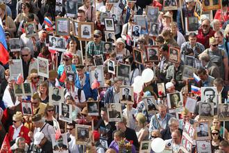 Участники акции памяти «Бессмертный полк» во время шествия в День Победы, 9 мая 2018 года