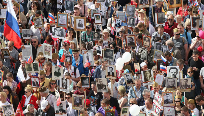 Участники акции памяти «Бессмертный полк» во время шествия в День Победы, 9 мая 2018...