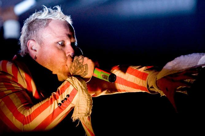 Лидер британской группы The Prodigy Кит Флинт во время концерта, 2008 год