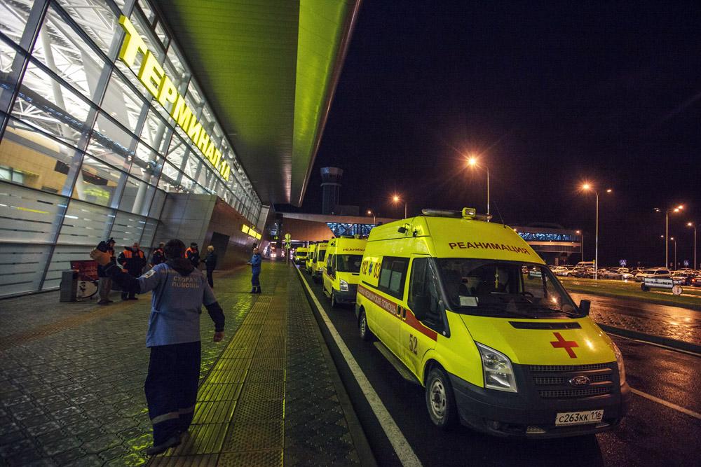 Машины «Скорой помощи» у первого терминала аэропорта Казани. <br> Фотография: Валентин Елагин/РИА «Новости»