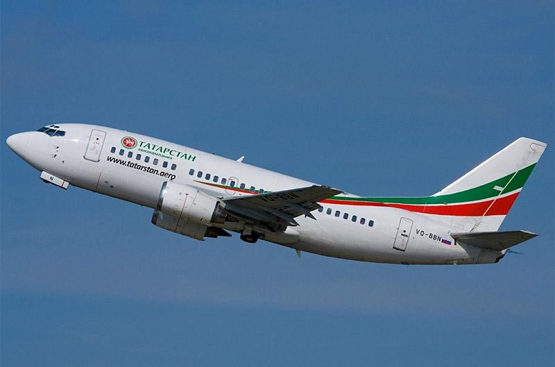 Пассажирский лайнер Boeing 737-500 авиакомпании «Татарстан» во время взлета (2009 год) <br> Фотография: planepictures.net