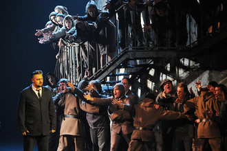 Солист театра «Геликон-опера» Алексей Тихомиров в роли Бориса Годунова в сцене из спектакля «Борис Годунов»