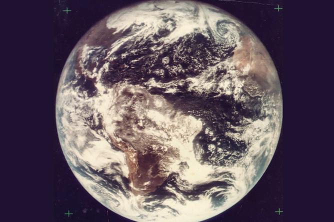 Первый цветной снимок Земли, сделанный из дальнего космоса, срасстояния в 30 тыс. км, в августе 1967 года