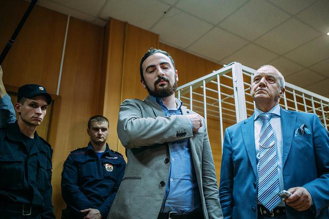 Дмитрий Цорионов (Энтео) и адвокат Михаил Кузнецов в зале суда после вынесения приговора