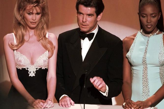 Клаудиа Шиффер, Пирс Броснан и Наоми Кэмпбелл на церемонии вручения кинопремии «Оскар», 1996 год
