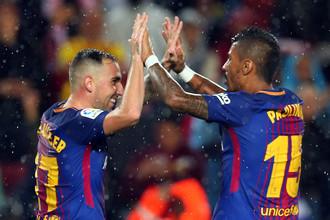 Нападающий «Барселоны» Пако Алькасер празднует гол вместе с полузащитником сине-гранатовых Паулиньо