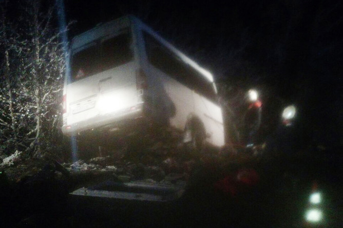 Спасатели на месте столкновения грузового автомобиля и пассажирского микроавтобуса в Килемарском районе республики Марий Эл, 16 ноября 2017 года