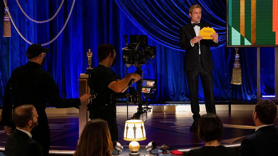 Актер Брэд Питт во время церемонии вручения премии «Оскар», 25 апреля 2021 года