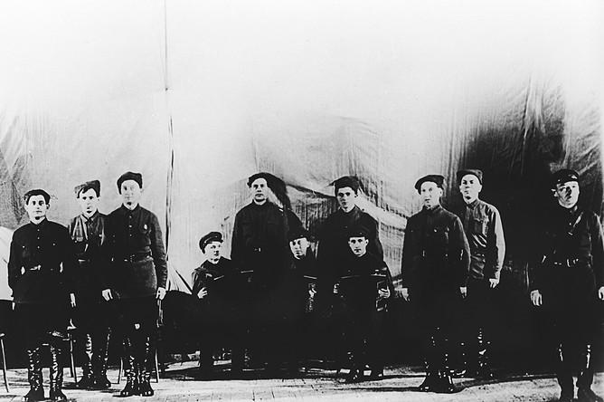 Ансамбль красноармейской песни Центрального дома Красной Армии имени М.В. Фрунзе. 12 октября 1928 года состоялось первое выступление ансамбля в Центральном доме Красной Армии, которое принято считать днем рождения военного творческого коллектива