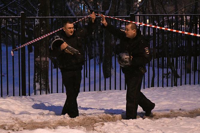 Сотрудники правоохранительных органов на Ельнинской улице на западе Москвы, 27 декабря 2016 года