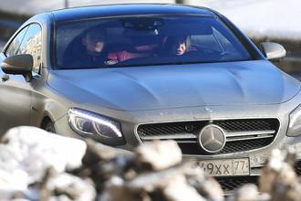 Мара Багдасарян за рулем автомобиля около ГБУ «Жилищник района Сокол» в Москве, 2 февраля 2017 года