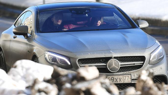 Мара Багдасарян за рулем автомобиля около ГБУ «Жилищник района Сокол» в Москве, 2...