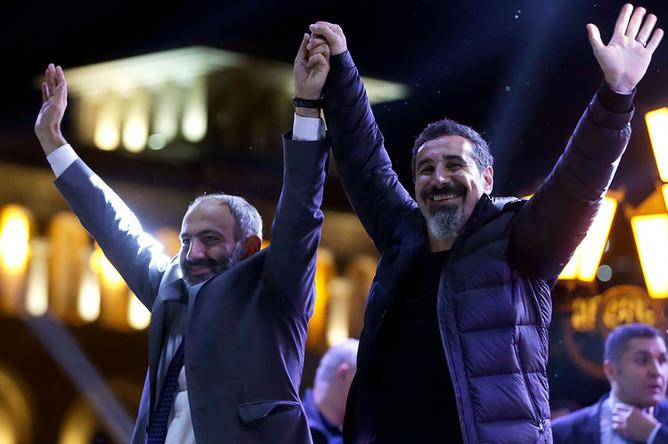 Никол Пашинян и лидер группы System of a Down Серж Танкян во время митинга на площади Республики в Ереване, 7 мая 2018 года