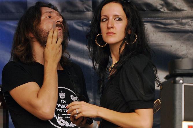 Лидер группы «Ленинград» Сергей Шнуров с супругой Матильдой на байкерском фестивале в Ленинградской области, 2010 год