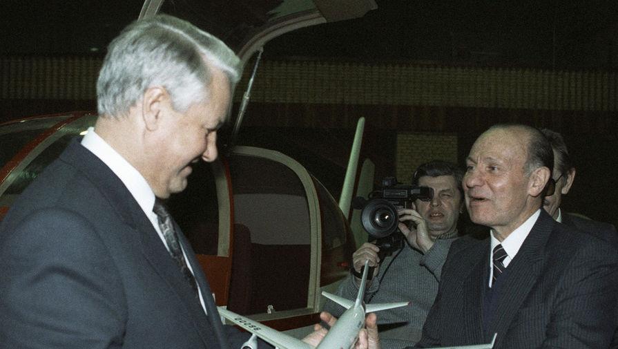 1992 год. Генеральный директор конструкторского бюро им. А.Н. Туполева Генрих Васильевич Новожилов (справа) приветствует Президента России Бориса Ельцина (слева)