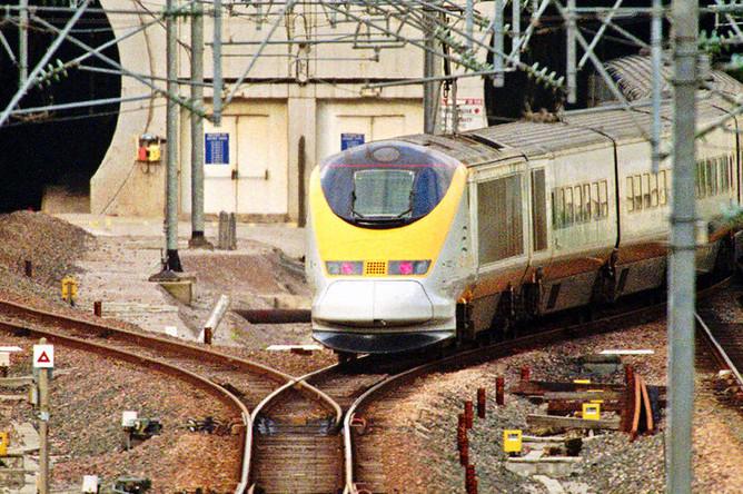 Поезд Eurostar во время въезда в тоннель под Ла-Маншем в Кале, ноябрь 1996 года