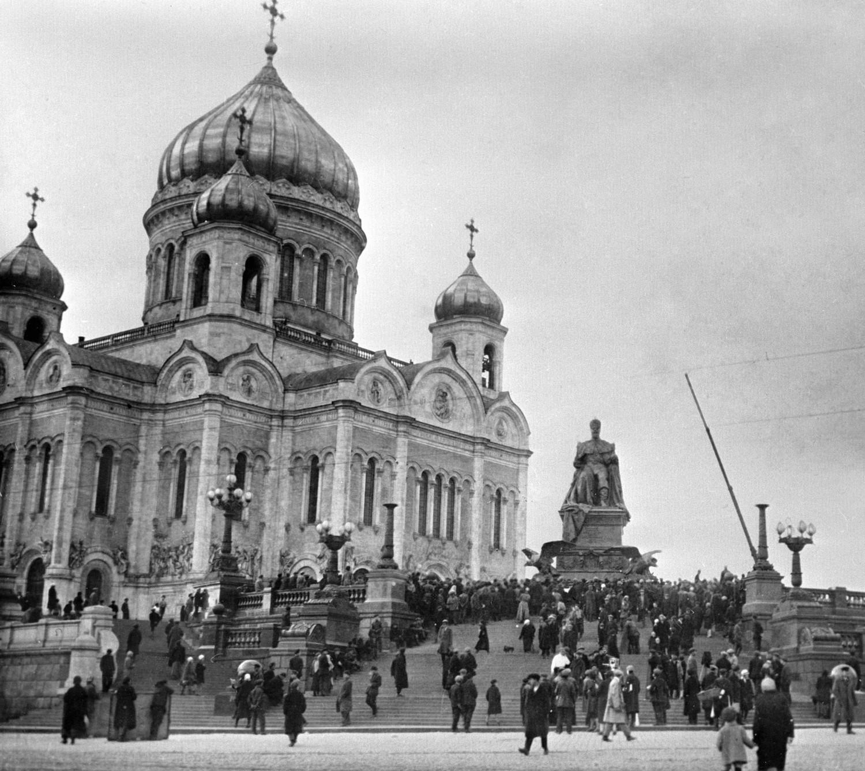1917 год. Вид на Храм Христа Спасителя и памятник императору Александру III
