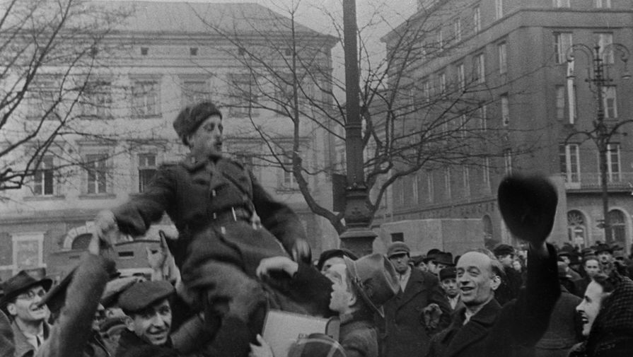 Жители освобожденного Кракова приветствуют советских солдат, январь 1945 года