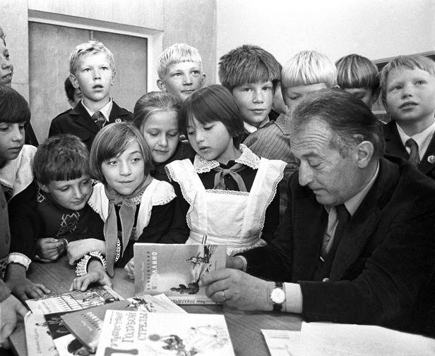 Итальянский писатель Джанни Родари во время раздачи автографов в Ярославле, 1979 год