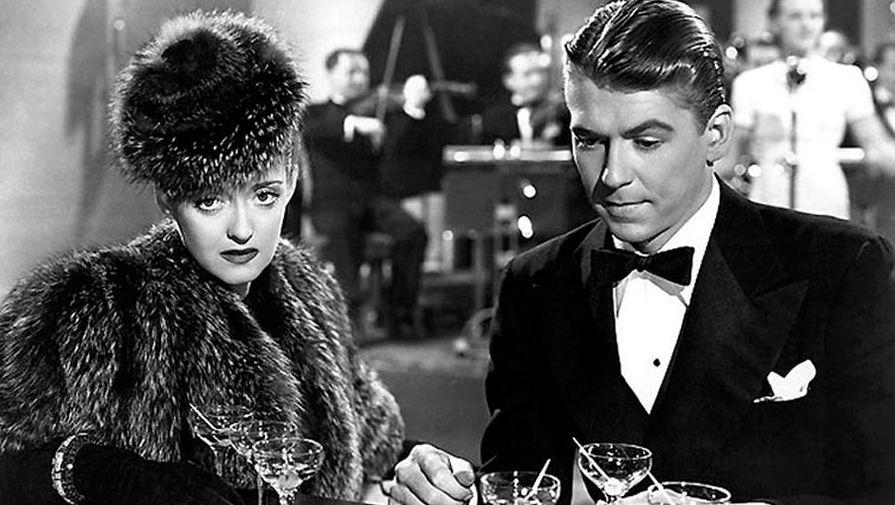В 1937 году молодой Рейган заключил контракт с кинокомпанией Warner Bros. На фото: Бетт Дэвис и Рональд Рейган в фильме «Победить темноту» (1939)
