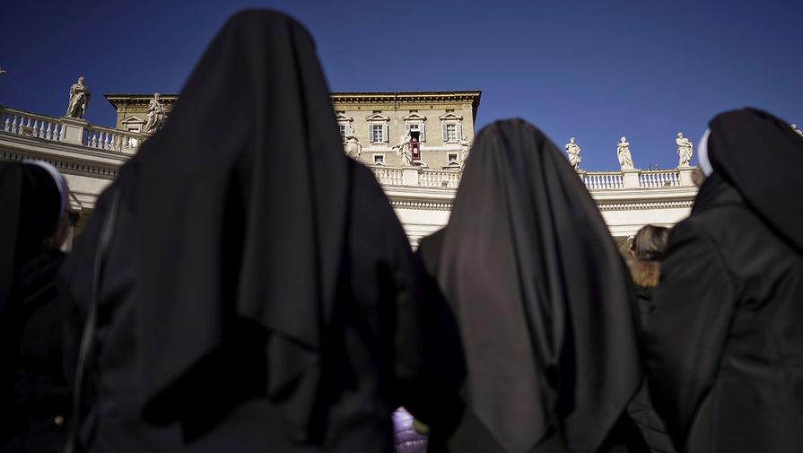 Монахини слушают рождественское послание папы Римского Франциска на площади Святого Петра в Ватикане, 26 января 2019 года
