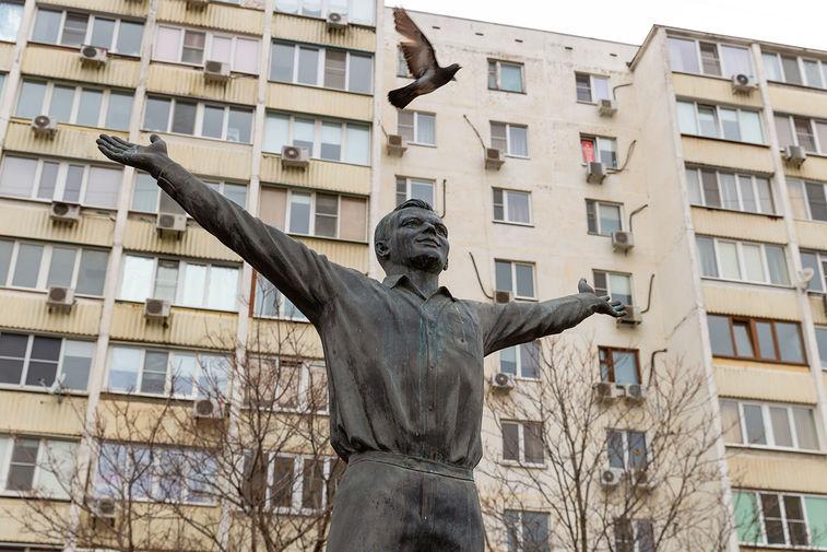 Памятник космонавту Юрию Гагарину на проспекте Королева в Ростове-на-Дону был установлен в 2011 году в честь 50-летия первого в мире полета человека в космос