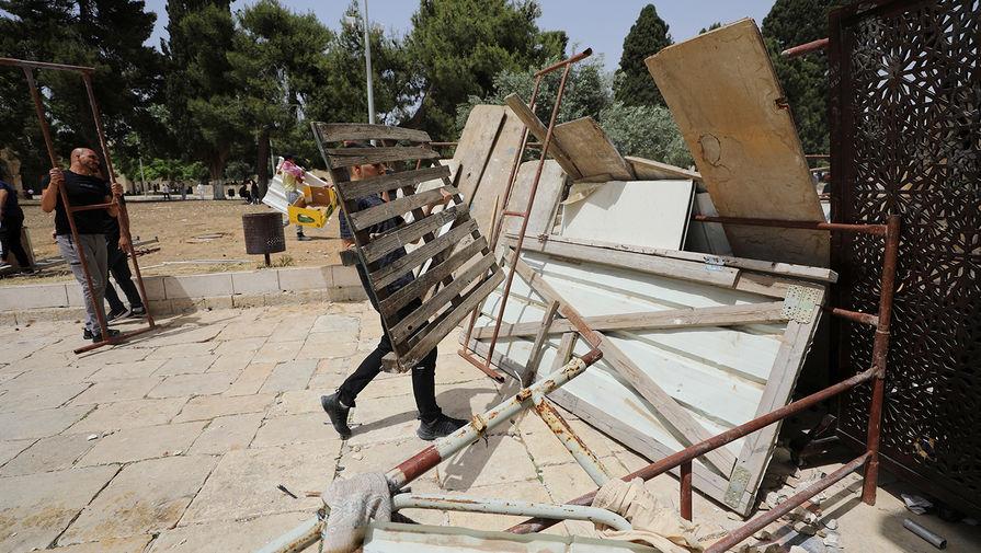 Жители Палестины строят баррикады в районе мечети «Аль-Акса» на Храмовой горе в Иерусалиме, 7 мая 2021 года