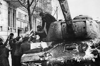 Советский танк на улице польского города Познань, февраль 1945 года